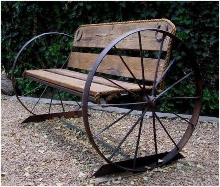 Индивидуално проектирана пейка в индустриален стил с колела от двете страни.