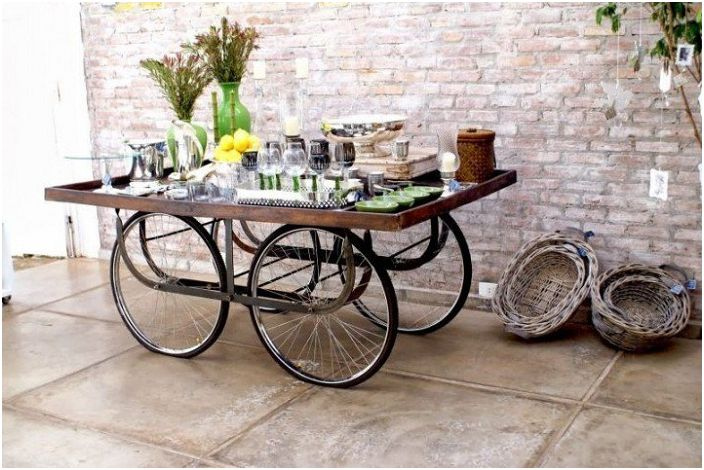 Интересна бар маса на колела е чудесен предмет, който ще ви бъде полезен в ежедневието.