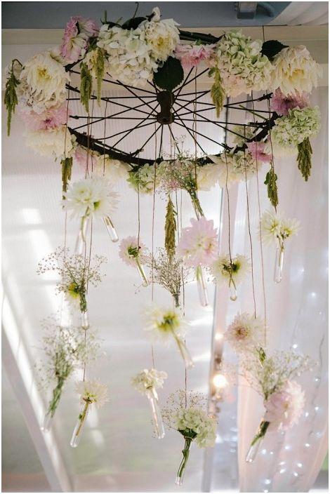 Прекрасна сватбена украса, направена от колело и цветя, семпла и красива.