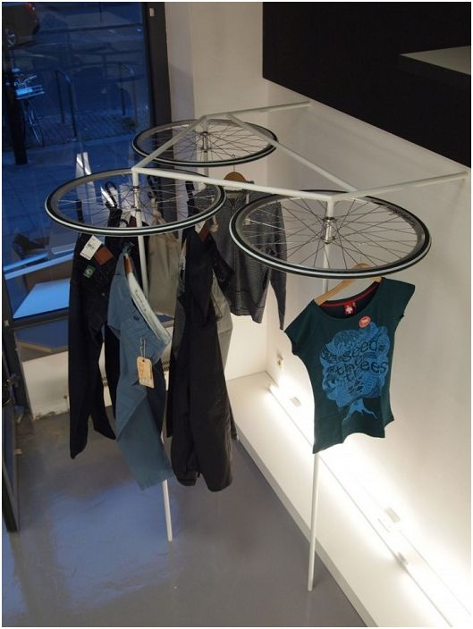 Удобна и много интересна външно сушилня за дрехи под формата на колела.