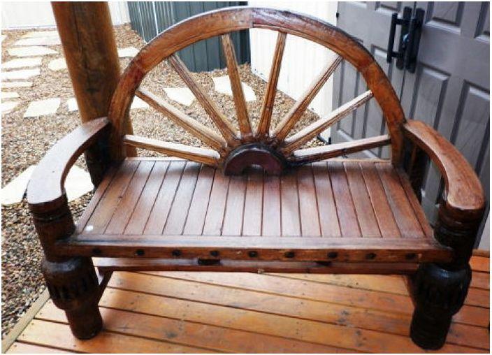 Удобна пейка, направена с елемент на колелото, ще украси всяка веранда близо до къщата.