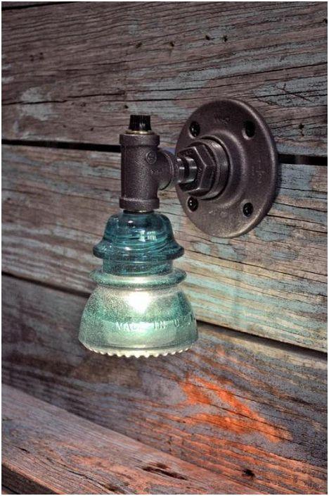 Интересна и нестандартна стенна лампа в индустриален стил, която ще украси всяка стая.