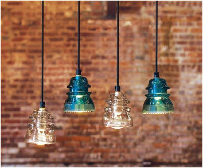 Фините модерни осветителни тела са направени със стари електрически изолатори.