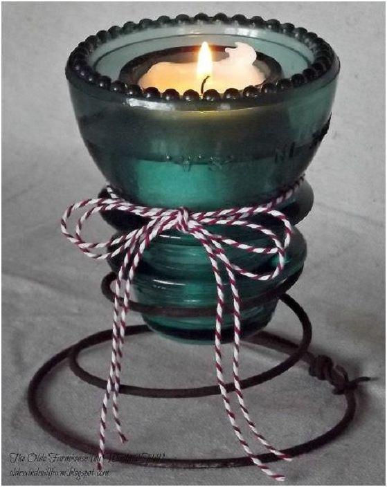 Този стъклен свещник е създаден от стар електрически изолатор, просто и креативно решение.