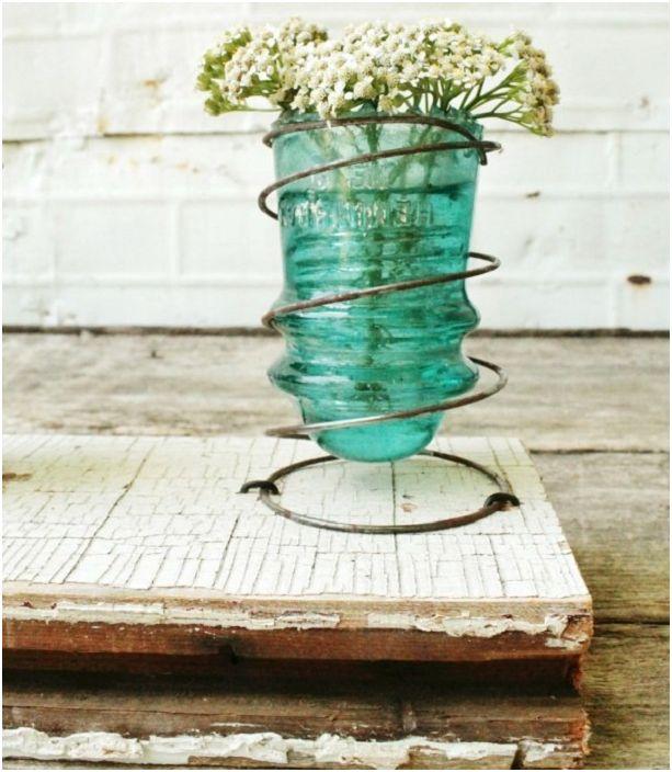 Добър и сладък вариант е да създадете малка ваза от стъклен изолатор.