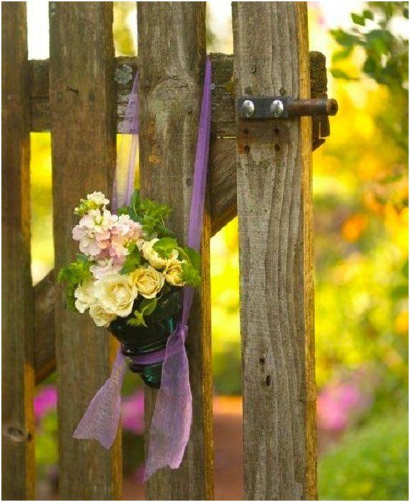 Интересен дизайн на висяща ваза за цветя, изработен от стъклен изолатор, ще украси атмосферата около къщата.