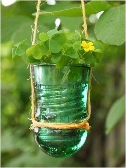 Прекрасно малко решение за създаване на хубаво малко саксие за цветя от електрически стъклен изолатор.