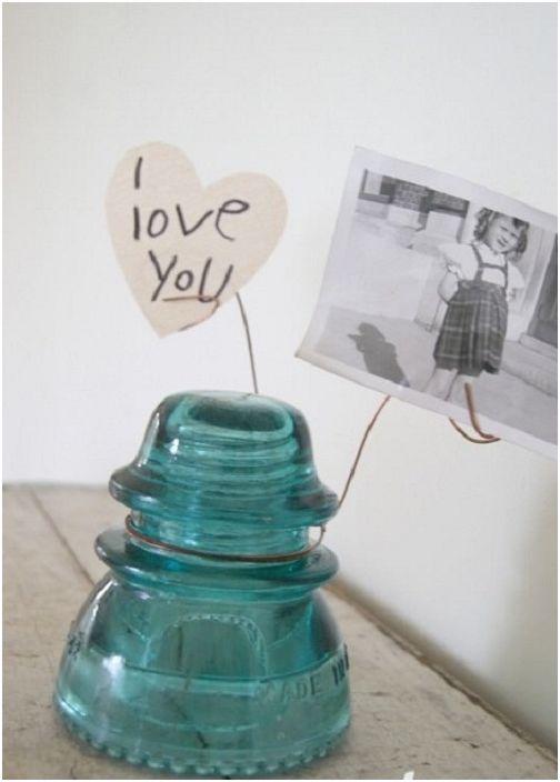 Симпатична стойка за снимки, изработена от античен електрически изолатор, е креативно решение.