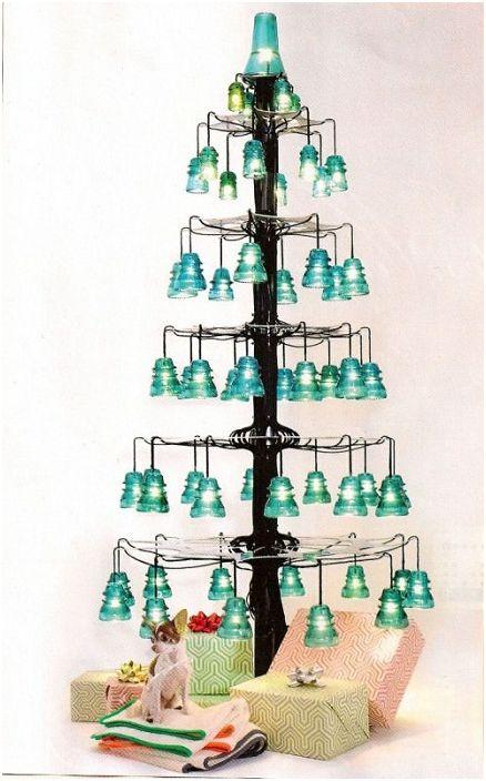 Перфектна украса на празника чрез създаване на коледно дърво от електрически изолатори.