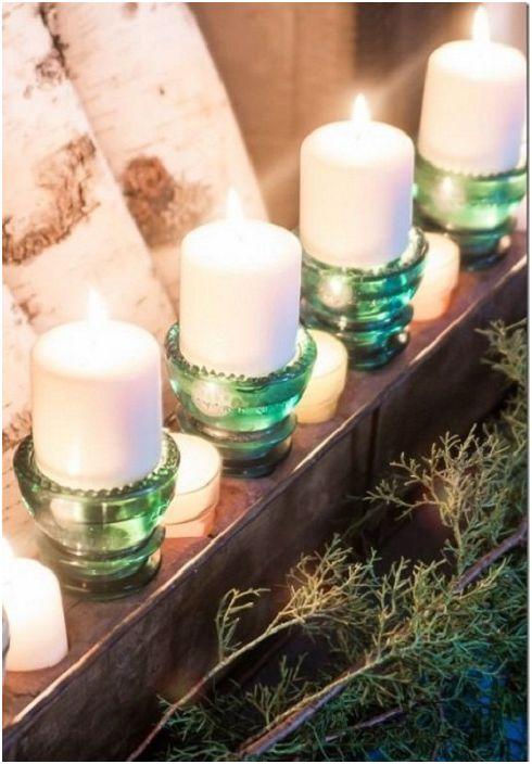 Красивите свещници, които ще украсят всяка маса в къщата, са изработени от стъклени изолатори.