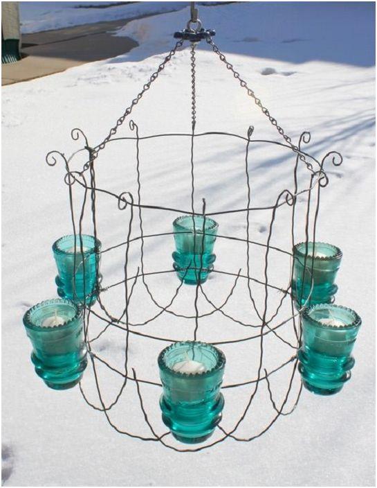 Възможно е да създадете интересен канделабър със собствените си ръце от ненужни стъклени електрически изолатори.