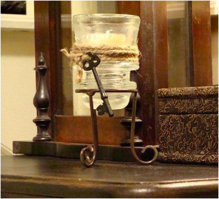 Изящен стъклен държач за свещи, изработен от електрически изолатор, който е създаден в ретро стил.