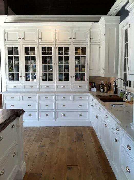 Прекрасные белые шкафы с контрастным фоновым цветом вокруг.