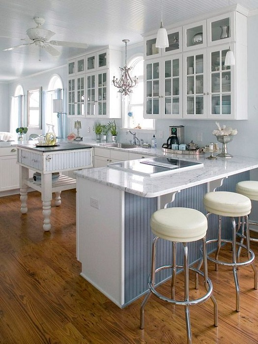 Очень стильный и светлый декор кухни белоснежного цвета, который освежит интерьер.