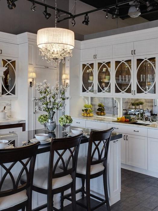 Интересный контрастный декор кухни очарователен и красив, порадует глаз.
