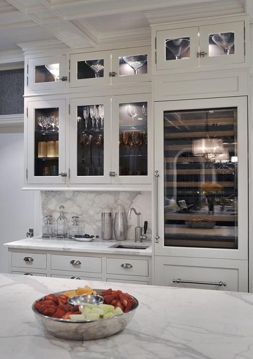 Необыкновенный кухонный шкаф с подсветкой создаст интересный интерьер и своеобразную обстановку на кухне.