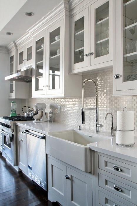 Прекрасное оформление кухни в белом цвете с мини шкафами.