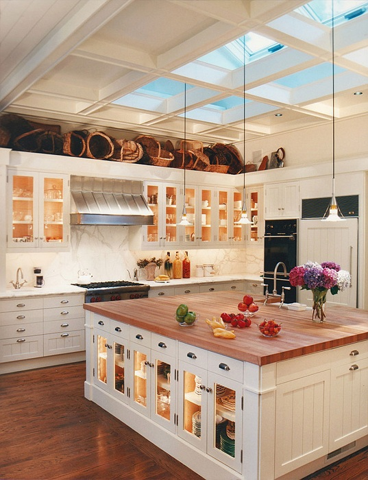 Хороший и очень практичный вариант оформления напольных шкафов на кухне, что не только украсят её, но и будут очень удобными в использовании.
