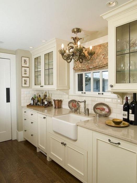 Симпатичный кремовый кухонный шкаф украсит любую столовую и кухню.