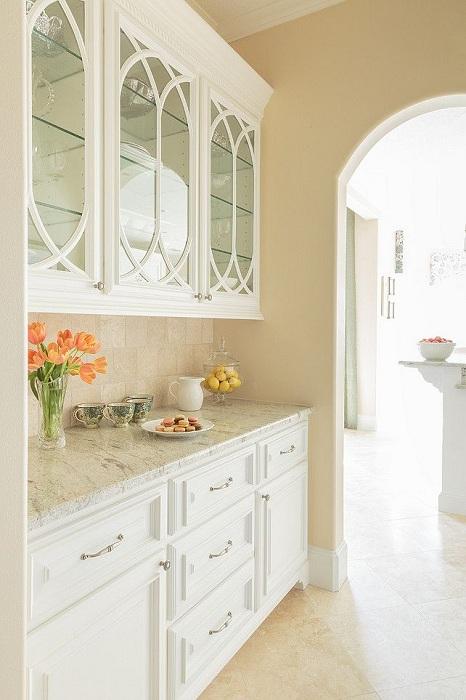 Интересное оформление стилизованных шкафов на кухне - отличный вариант, который пригодится в быту.