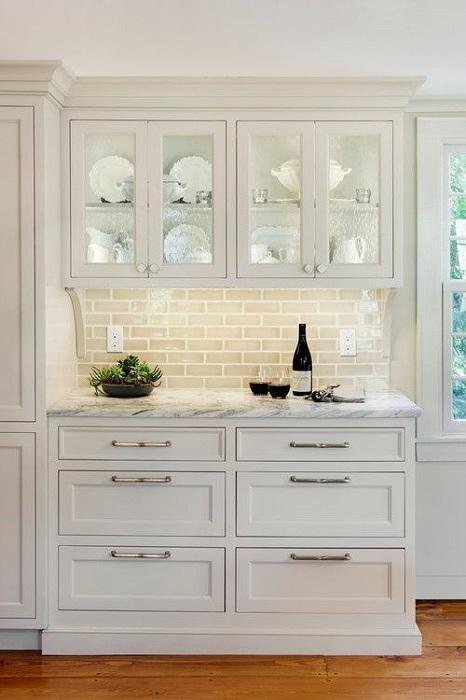 Один из вариантов оформить кухню в белом цвете и создать там невероятную светлую обстановку.