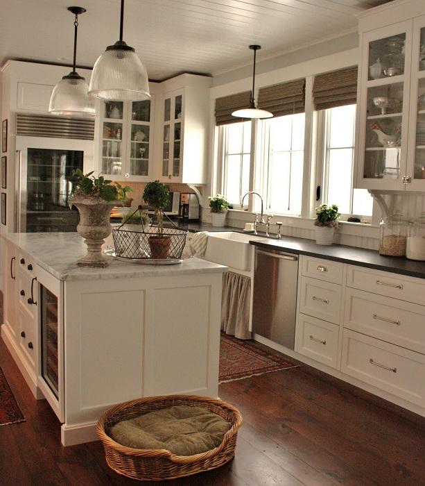 Уютная кухня с местом для любимого домашнего питомца.