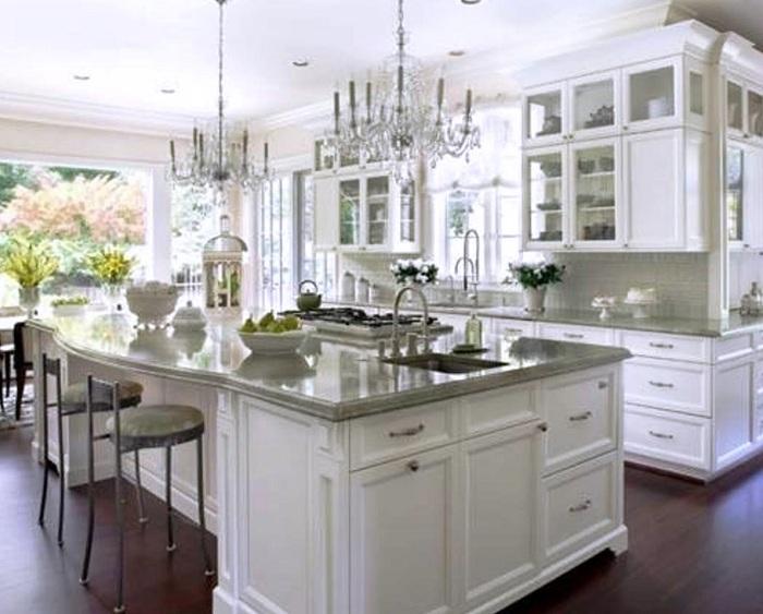 Кухонный гарнитур в бело-серых тонах станет хорошим дополнением интерьера в любой кухне.