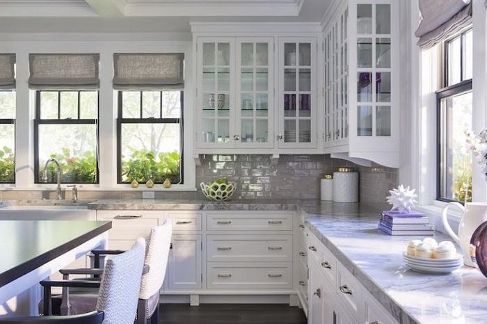 Невероятный интерьер кухни в белом цвете, которая просто создана для создания шедевров кулинарии.