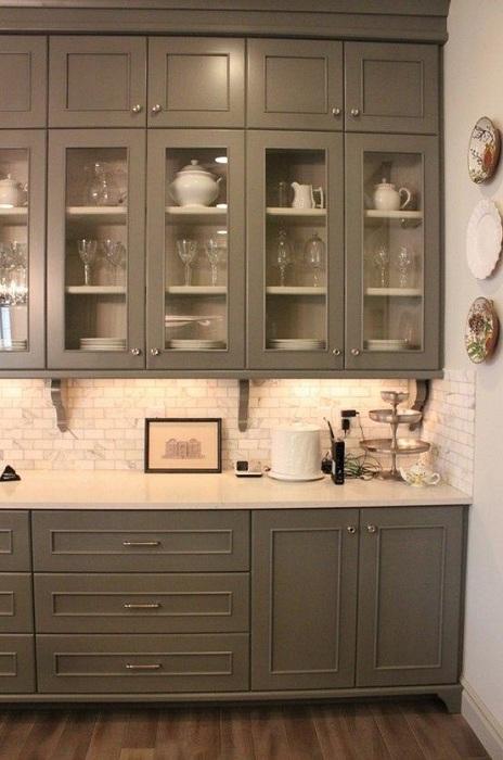 Интересный темно-серый шкаф подойдет при оформлении любой кухни и создаст интересную атмосферу.