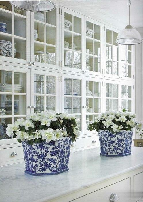 Отличное оформление кухни в сине-белых тонах, выглядит очень утонченно и элегантно.