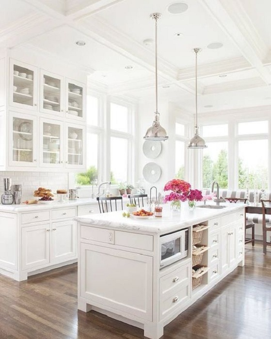 Отличное решение для оформления кухонного гарнитура на любимой кухне в белом цвете что создаст легкую и светлую атмосферу.
