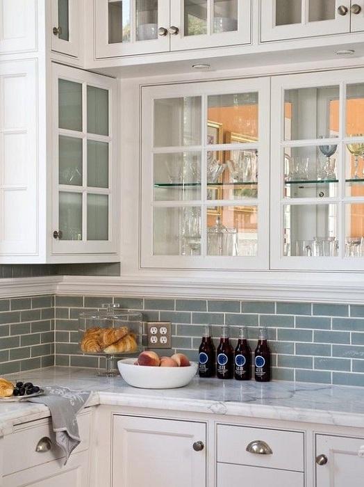 Симпатичный кухонный шкаф, который оптимально вписался в интерьер кухни порадует глаз.