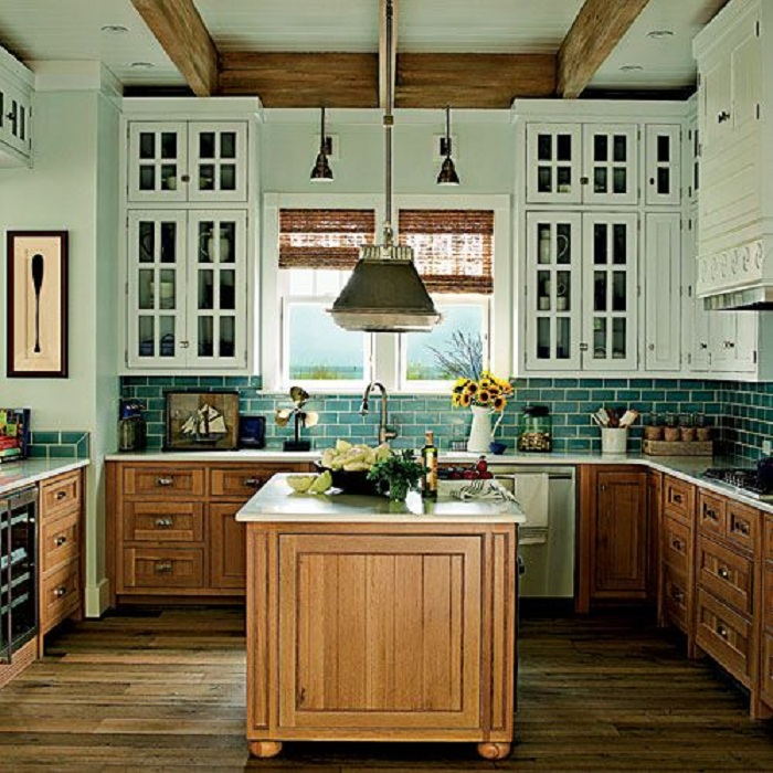 Интересные и удобные навесные шкафы в белом цвете подойдут для оформления кухни.
