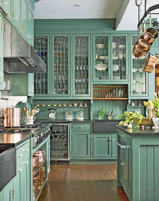Красивые зеленые шкафы с белыми фарфоровыми ручками придутся по душе любителям интересного интерьера.