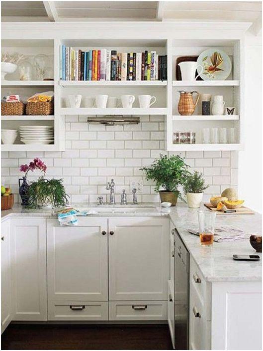 Снежнобяла U-образна кухня с зидария на стената.