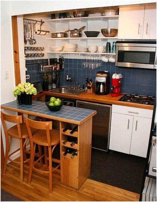 Прекрасен син кухненски комплект с дървени елементи.