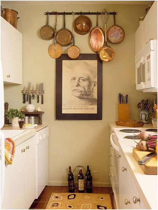 Интересна малка U-образна кухня, която е украсена с много различни размери.