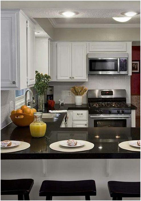 Ihana U-muotoinen keittiö monipuolisella työtasolla.