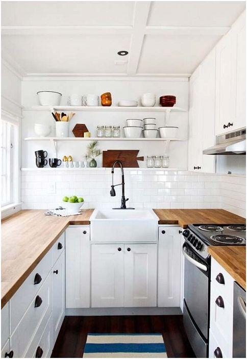 Бяла кухня с плотове от дърво е чудесен вариант за дизайн на кухненско пространство.