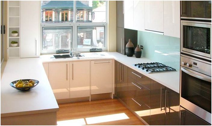 Ярката и сладка U-образна кухня е отличен вариант за дизайн на кухненско пространство.