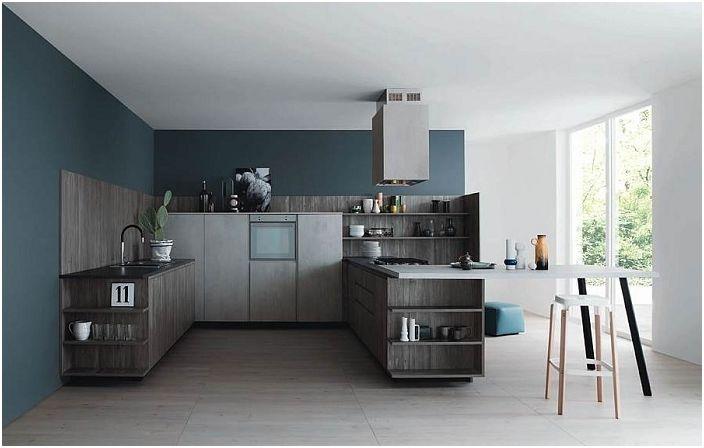 Kaunis keittiö tummansinisillä ja harmailla väreillä, kaikki on suunniteltu samaan tyyliin.