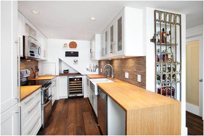 Ruskea ja valkoinen U-muotoinen keittiö on paikka sielulle.