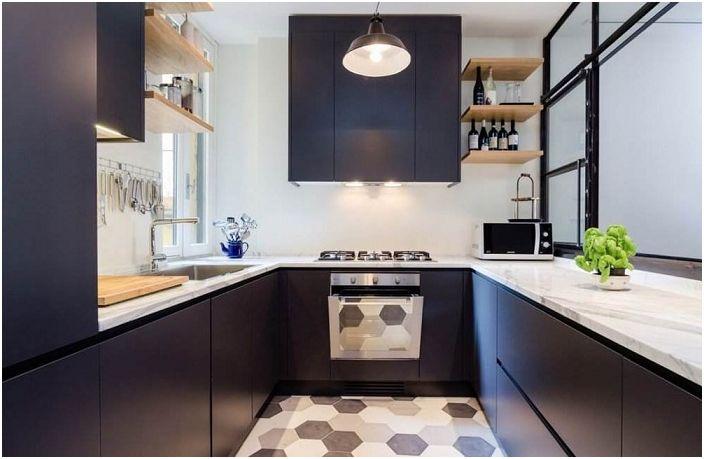 U-muotoinen keittiö tummansinisellä valkoisilla elementeillä.