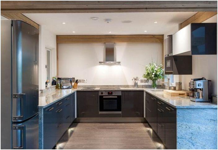Интересен цвят на кухнята - метално синьо - просто и красиво в същото време.