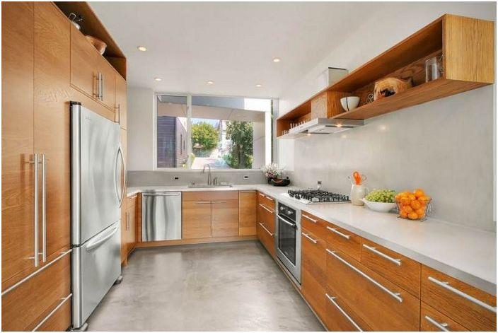Дървена кухня с бели елементи изглежда много хубаво.
