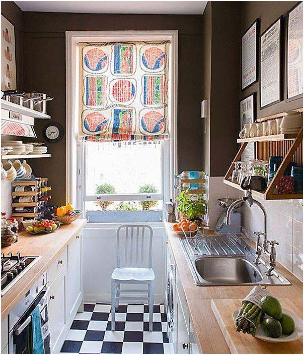 Mielenkiintoinen keittiö sisustus söpö verho ikkunassa.