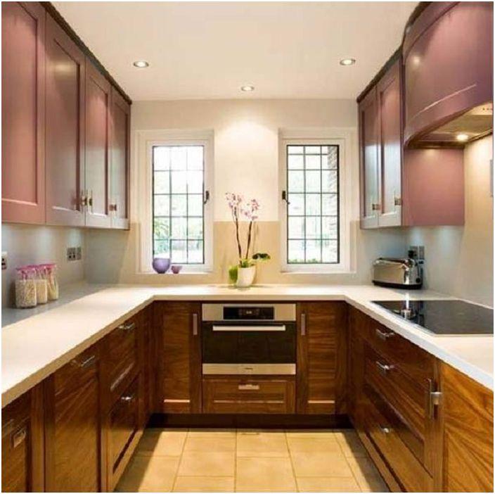 Mielenkiintoinen U-muotoinen keittiö, jossa tyylikäs valaistus lisää erityistä viehätysvoimaa.