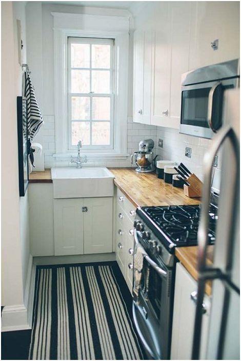 Дизайнът на кухнята е декориран в черно-бели цветове - което особено ясно подчертава индивидуалността.