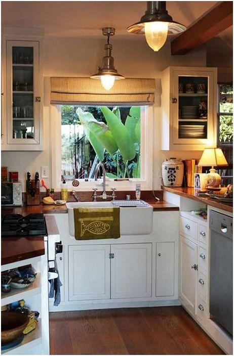 Mielenkiintoinen keittiön muotoilu, jota täydentävät monet tarvittavat asiat.
