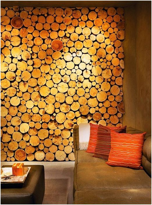 Dekoracja ścienna, którą zdobią fragmenty pni drzew, które wyglądają bardzo estetycznie.